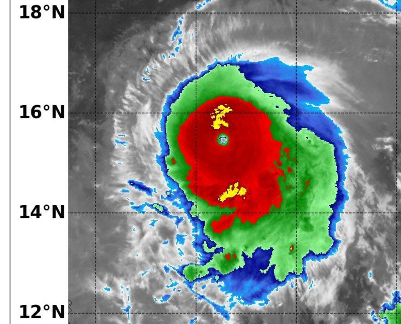 鄭明典以「NAVY/NRL」圖示指出,璨樹颱風的眼牆雲系均勻環繞,雲頂溫度是紅色帶黑的低溫,颱風眼藍色以上高溫,這是強烈颱風的特徵。如果眼牆溫度為完整黃色環繞,那就是衛星判圖裡最強等級的強烈颱風,璨樹強度很接近。圖/取自鄭明典臉書