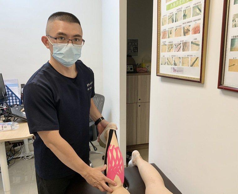 骨科醫師林士傑表示,今年東奧選手廣泛使用的肌能性貼紮,是利用貼布本身的彈性及通透...