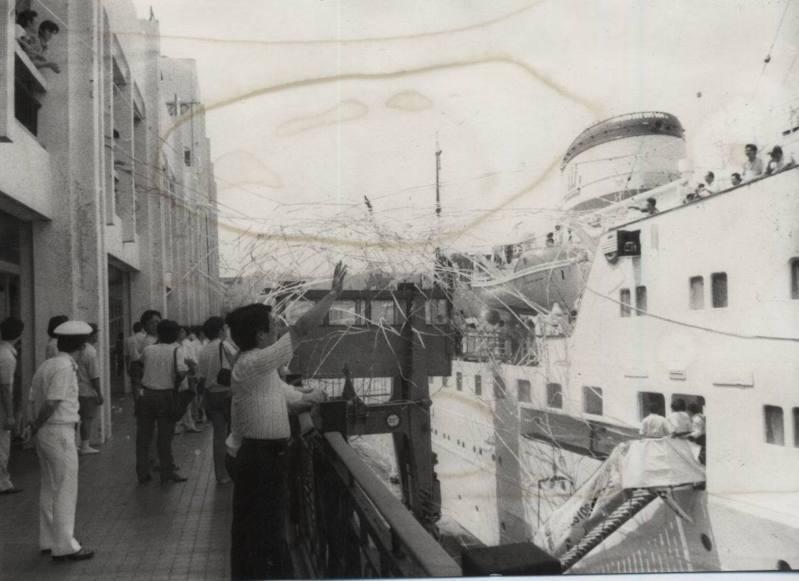 探親船昌鑫輪首航,在親友道賀聲中,船上船下互拋綵帶。圖/聯合報系資料照片