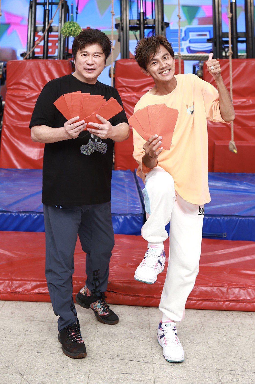 胡瓜(左)、阿翔開心節目再度敲響金鐘。圖/民視提供