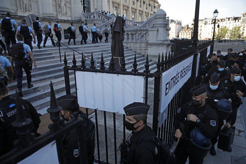 2015年11月的巴黎恐攻案8日首度在歷史悠久的司法宮開庭審理。圖為開庭前大批法國憲兵和警察抵達司法宮戒備。歐新社
