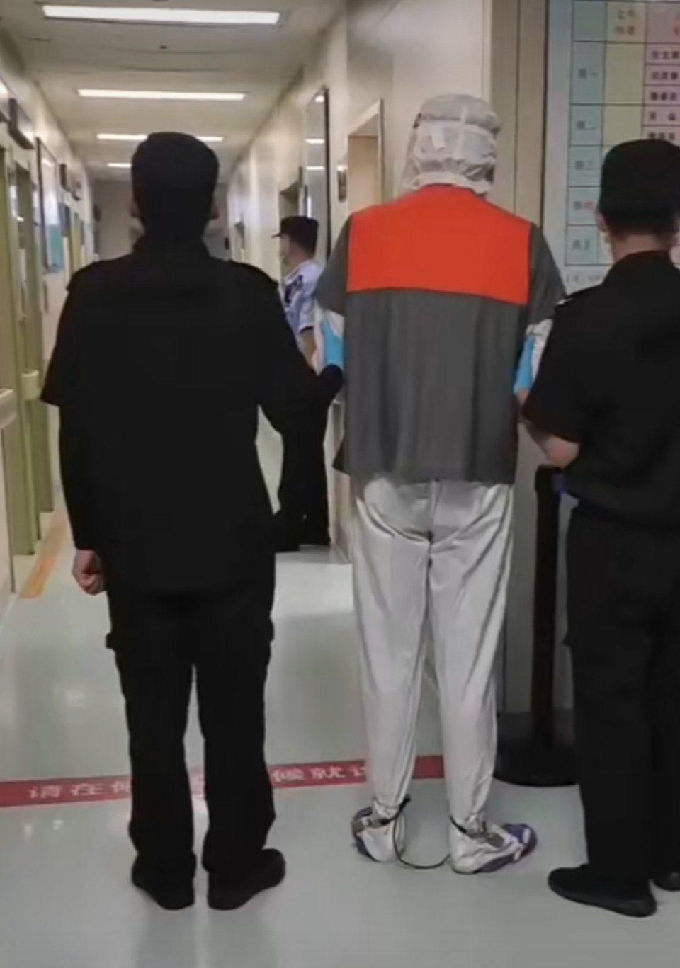 網友瘋傳疑似吳亦凡(中)的男子到醫院看皮膚科。圖/摘自微博