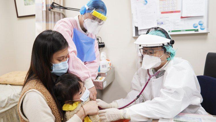 桃園中壢天晟醫院小兒科兼企劃室主任温秀惠醫師表示,家長應該讓小孩接種疫苗,以增加...
