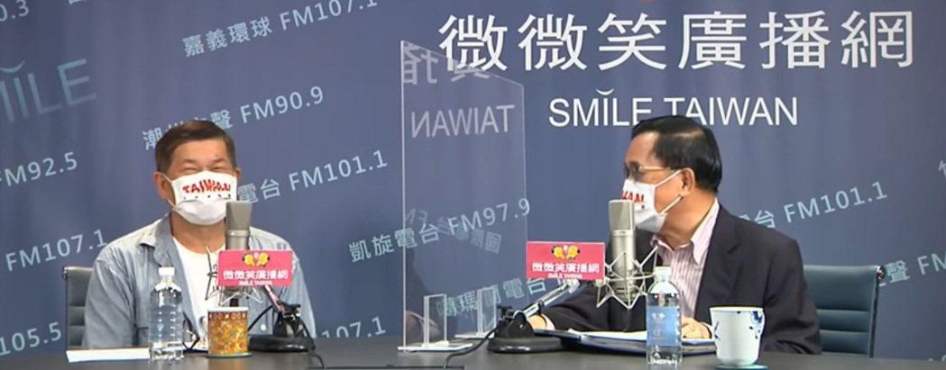 聽藝人澎恰恰談兒時成長故事,主持廣播節目的前總統陳水扁一度嘆「好像比我還慘」。圖...