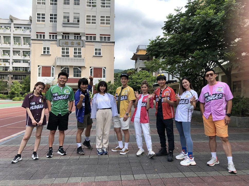 蘿莉塔(左起)、庹宗康、王仁甫、峮峮、許孟哲、「豆花妹」蔡黃汝、孫協志、張棋惠、