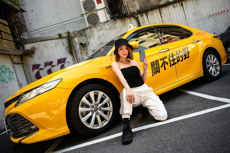 realme聯合多位藝人與網路紅人發起「關不住的野」街拍活動,以黃色計程車為背景...