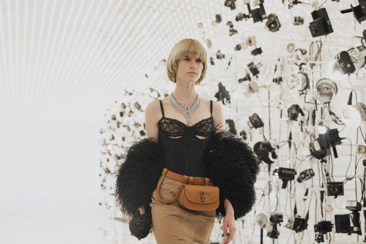 GUCCI在發表歡愉花園高級珠寶時巧妙融入時裝,成功突破風格與奢華的框架。圖 /...
