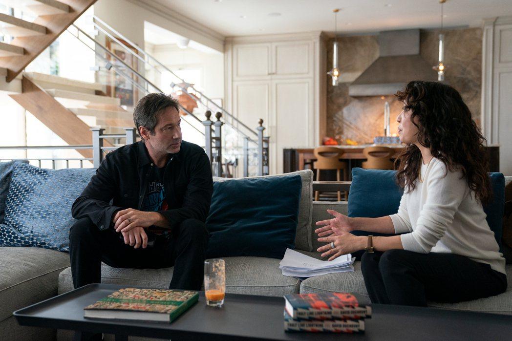 「X檔案」男主角大衛杜考夫尼(左)也在「叫她系主任」驚喜客串,與吳珊卓共同對戲。...