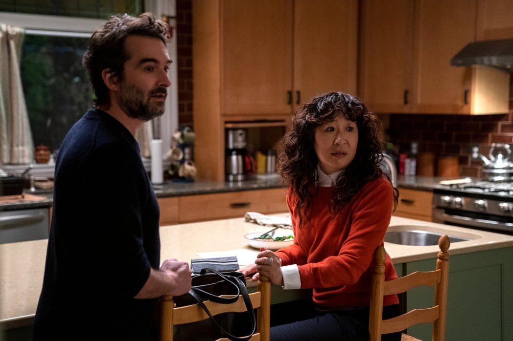 吳珊卓(右)與傑杜普拉斯飾演的瀟灑教授比爾,在「叫她系主任」裡有一段浪漫感情。圖...