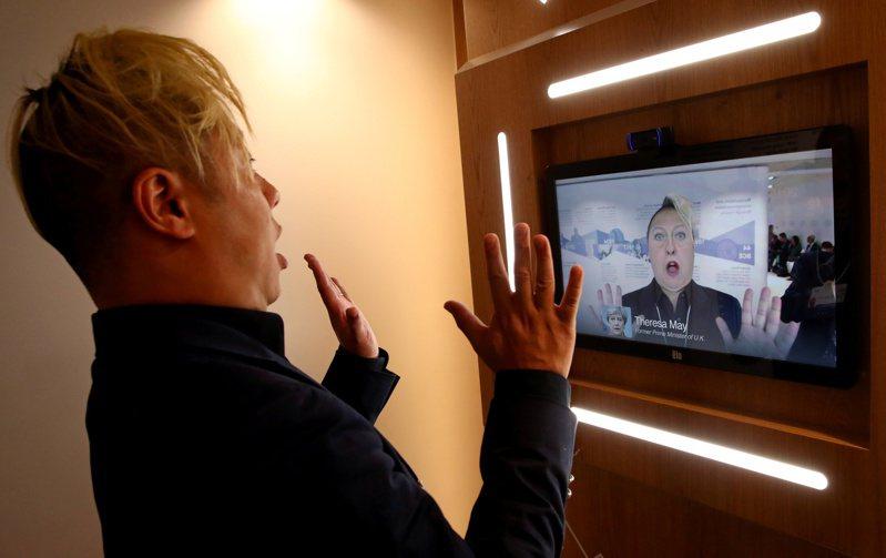AI帶來許多機會,也帶來傷害。例如,聲音模擬技術可重建殘障者言語能力,但也可能被人運用於各種政治「深偽」。圖為去年世界經濟論壇中,美國南加大一名教授利用英國前首相梅伊的影片展示深偽技術。路透