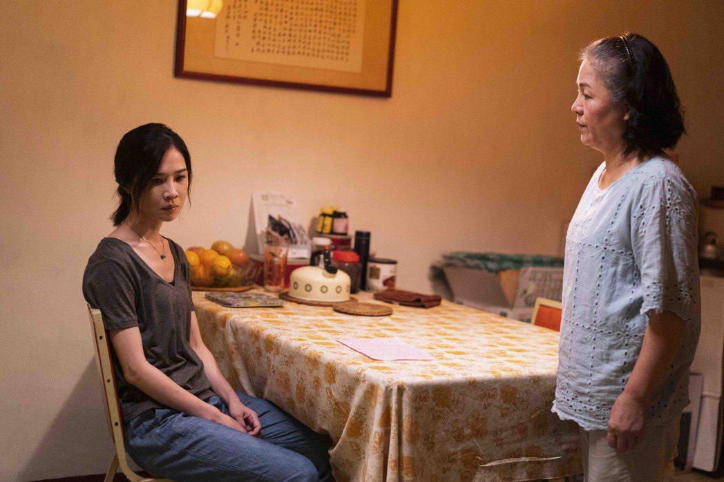 謝盈萱(左)潘麗麗母女對手戲很精采。圖/公視、行者影像文化提供