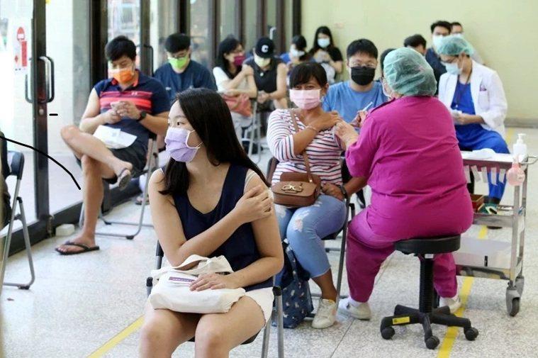 9月9日為第八輪AZ疫苗願登記截止,同時今日下午開放BNT疫苗進行意願登記。本報...