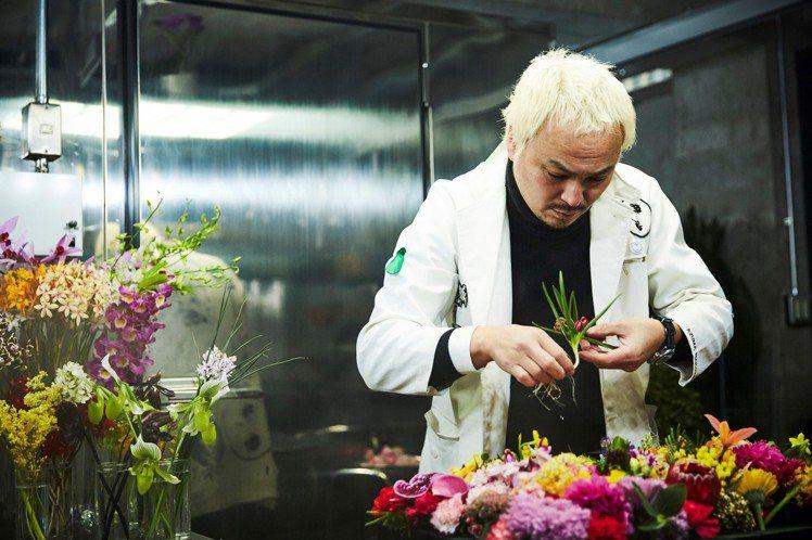 日本藝術家東信以擅長運用花卉、水果與植物等大自然元素,創造匠心別運的前衛雕塑作品...