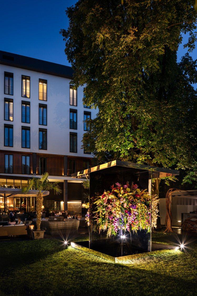 日本藝術家東信這次於寶格麗米蘭飯店的庭院中展出作品「黃金伊甸Golden Ede...