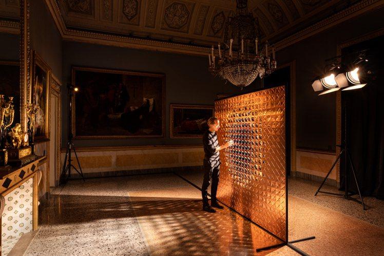荷蘭藝術家Daan Roosegaarde於米蘭設計週為寶格麗創作由上百朵感光的...