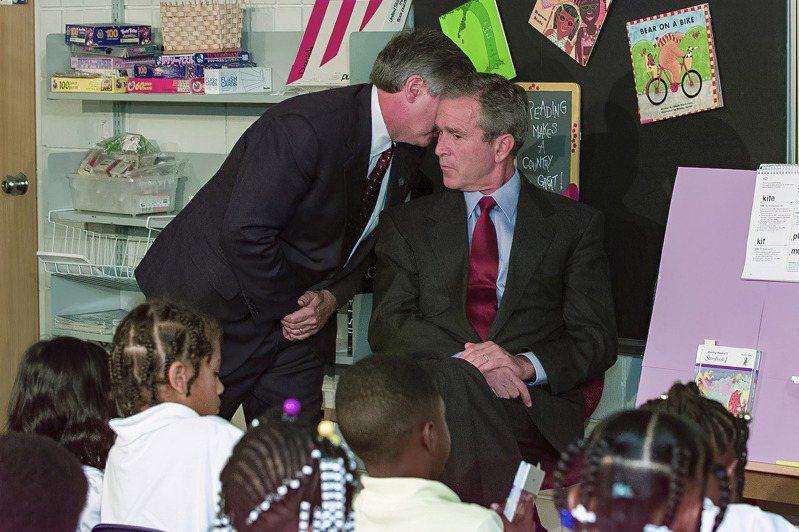 911事件爆發當時,小布希(右)在佛州薩拉索塔的布克小學內跟一群學童會面。美聯社