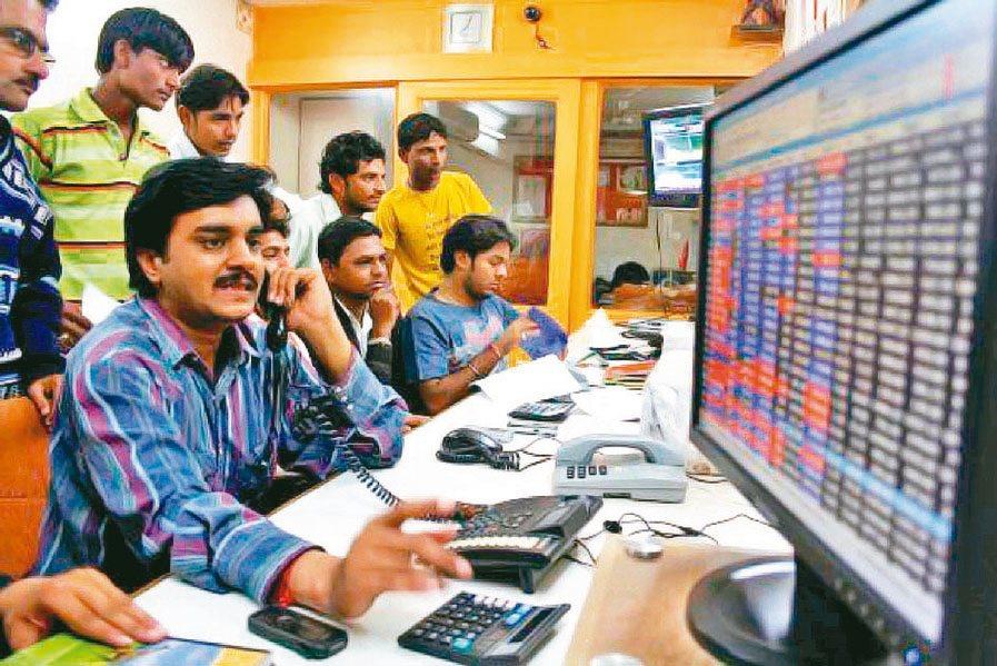 印度總理莫迪宣布將端出100兆盧比基建計畫,激勵印度股市本月來持續走升。(本報系...
