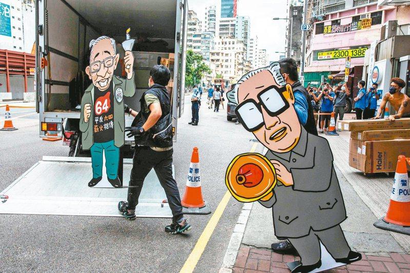 「趙紫陽」被沒收 香港警方昨搜查支聯會位於旺角的「六四紀念館」,並帶走大批資料和展板。圖右為因六四事件下台的中共前總書記趙紫陽漫畫人像。(法新社)