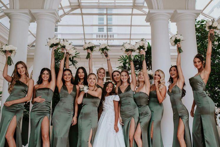 伴娘們身穿鼠尾草色的Amsale,為紐約高級婚紗品牌。圖/取自IG