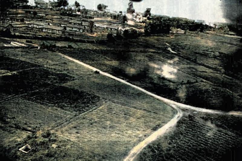1945年2月20日午後,美軍第38大隊第822中隊B-25轟炸機超低空炸射潮州。照片為982號戰機機腹安裝的K-21相機所拍攝。 影像編輯/廖英雁