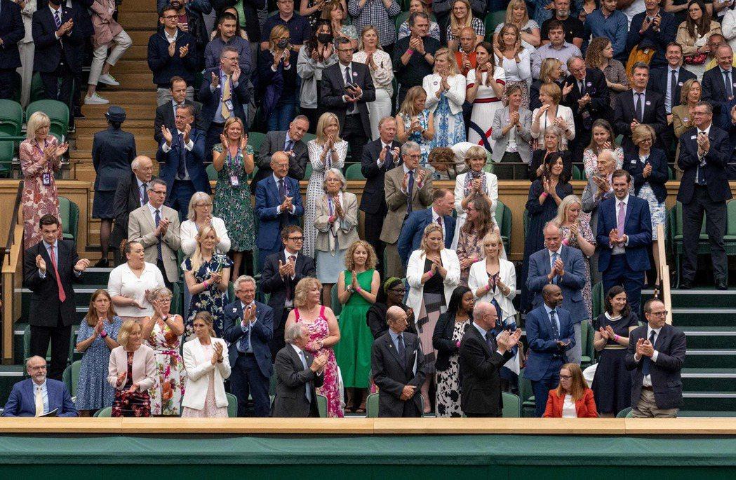2021溫布頓首日,在場所有人起立鼓掌向女爵的疫苗貢獻致敬。 圖/法新社