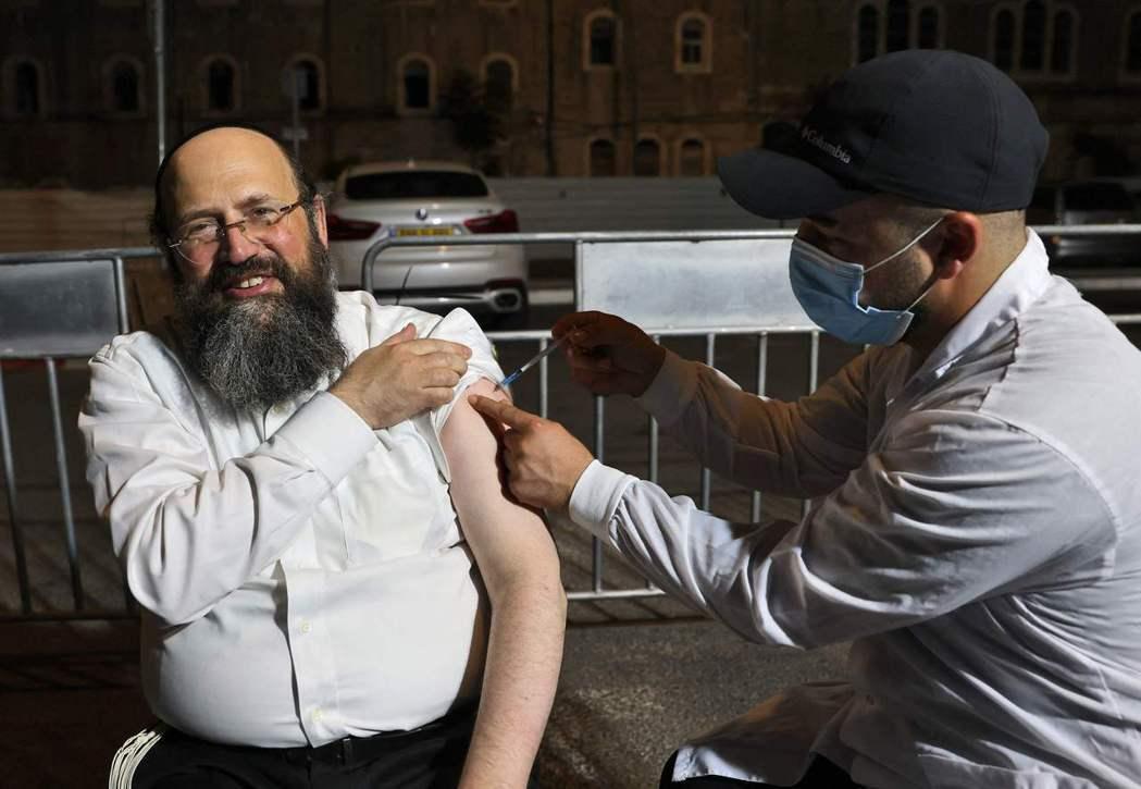 根據以色列衛生部的數字,雖然以色列目前這波Delta疫情來勢洶洶。但若以60歲以...
