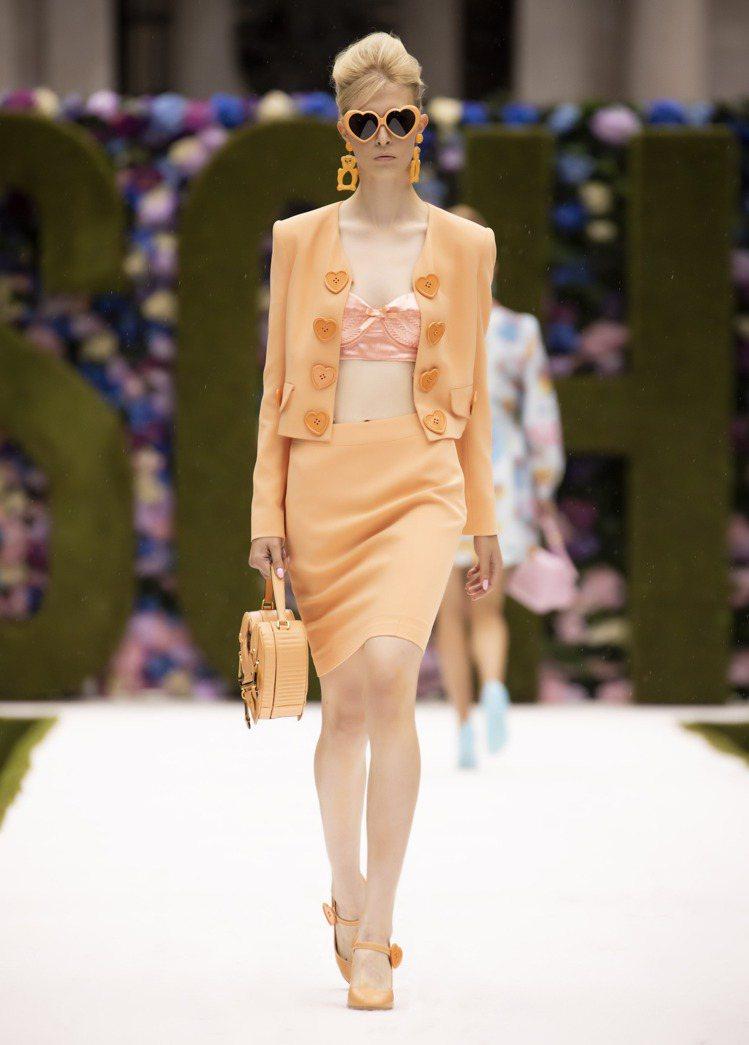 細小的緊身胸衣、心型太陽眼鏡,都展現九○年代的風格和芭比娃娃的優雅姿態。圖/MO...