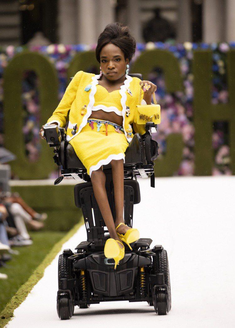 跨性別黑人模特兒Aaron Philip登台,打破普世對於女性軀體的束縛,自在表...