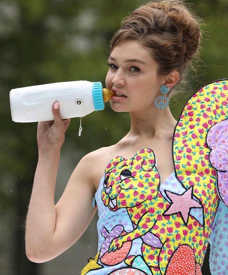 吉吉哈蒂德在秀上咬奶瓶,成了伸展台上的亮點。圖/取自IG @ghadidbras...