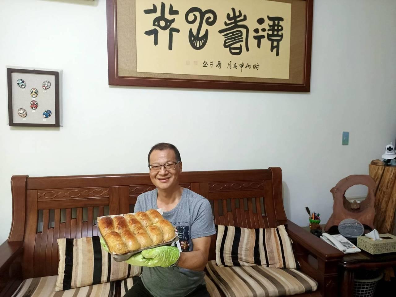 退休9個月的黃振宏,閒暇時也做麵包、糕點,深獲親友好評。 圖/黃振宏提供