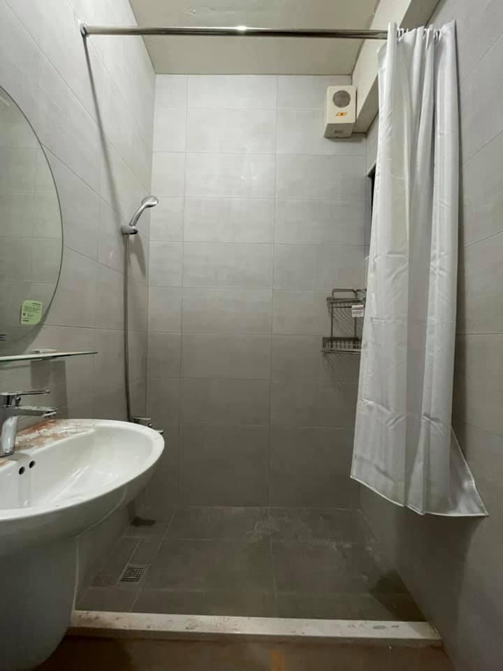 一名女網友家中的浴室改成乾濕分離,沒想到完工後一看讓她很傻眼。 圖/翻攝自「爆廢...