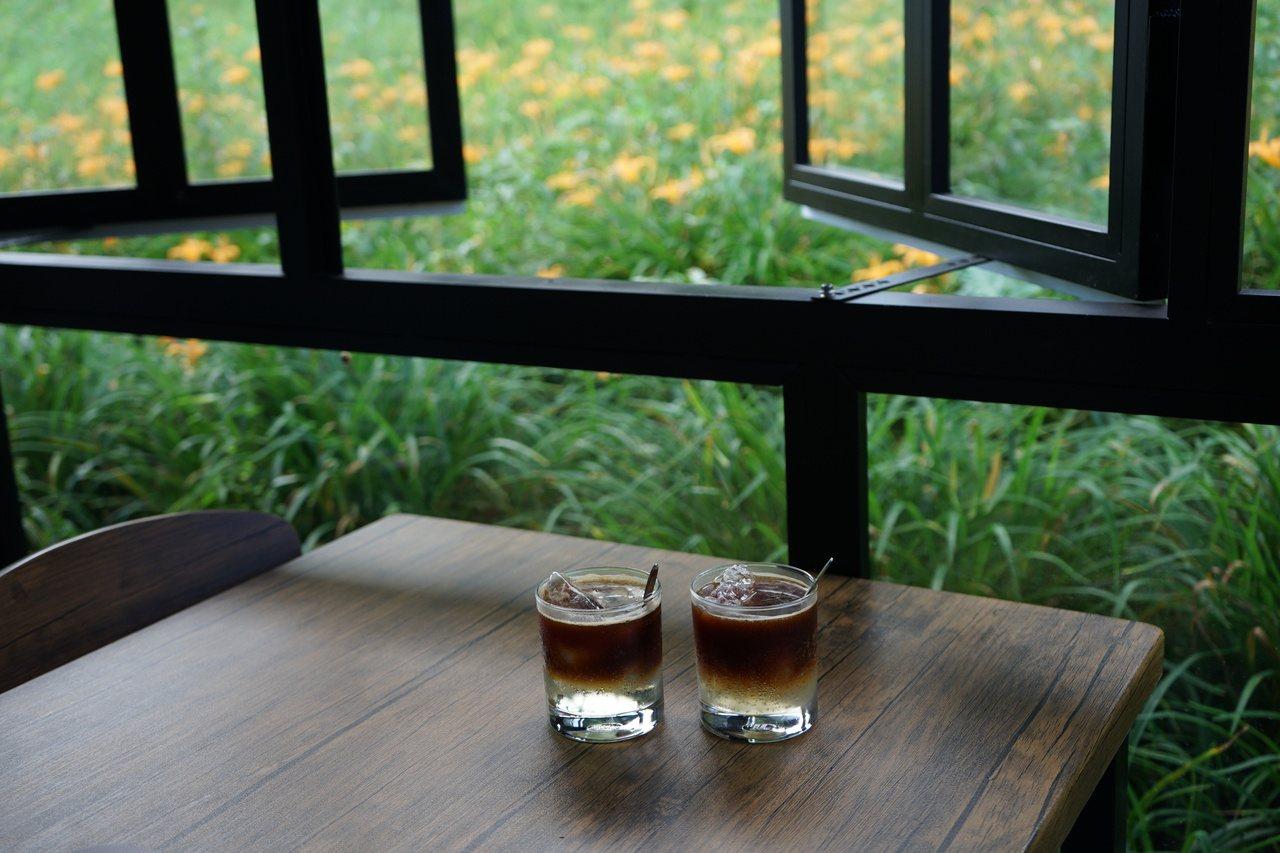 花蓮赤科山櫻之谷鄰窗就是花海,可一邊喝咖啡,一邊賞花。 圖/王燕華 攝影