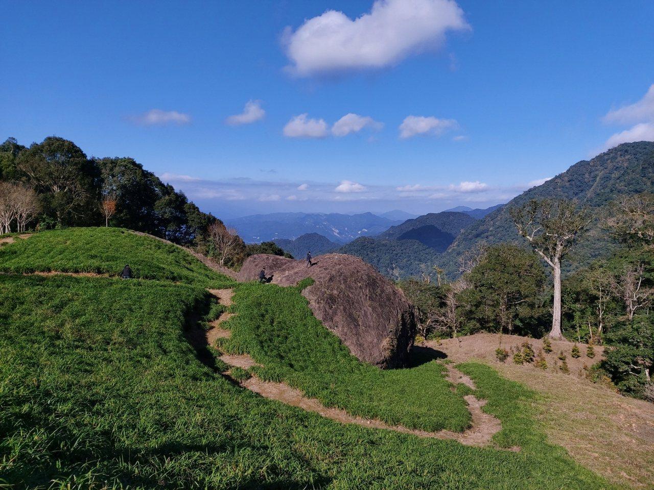 花蓮赤科山的千噸石龜與神木,也是知名景點。 圖/王燕華 攝影