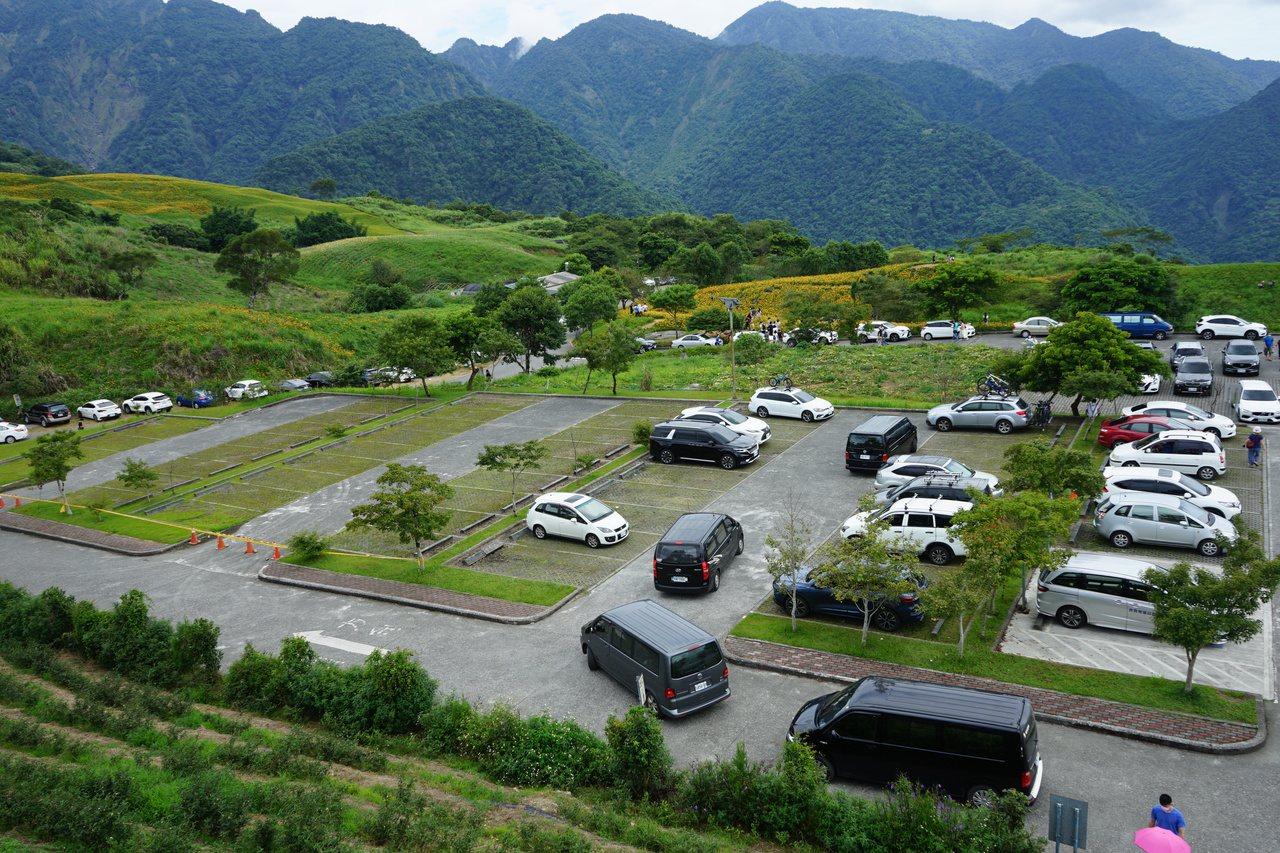花蓮縣六十石山的觀景亭旁有停車場,可停不少車輛。 圖/王燕華 攝影