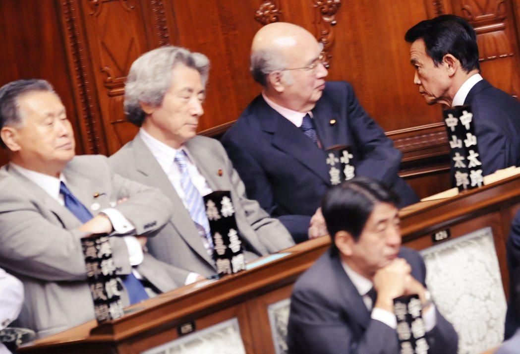 2009年遭遇國會不信任投票逼宮的麻生太郎(左),正走過國會裡一幫「巨怪級」大老...