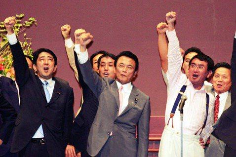 2006年自民黨總裁選前夕,森派(現:細田派)的安倍(左),與河野派(現:麻生派...