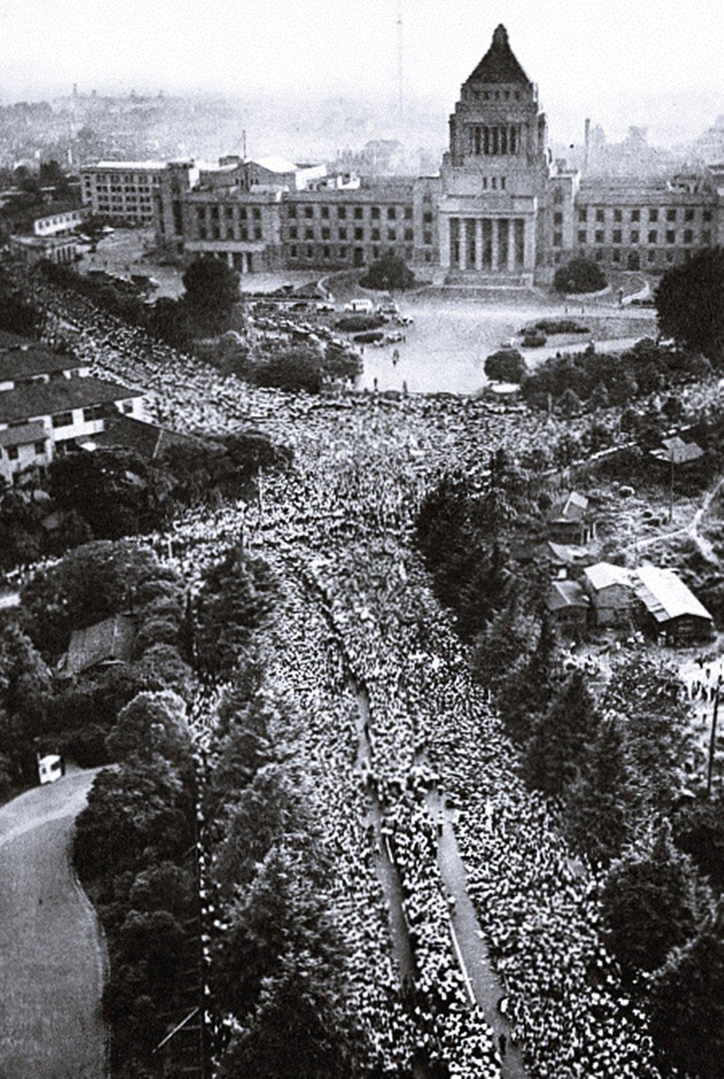 1960年6月,日本抗議安保條約,包圍國會示威。 圖/維基共享