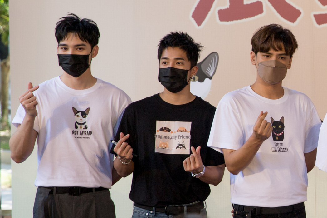 黃偉晉(左起)、婁峻碩與陳零九今為公益活動站台,聲援浪浪。圖/鑫羿文創提供
