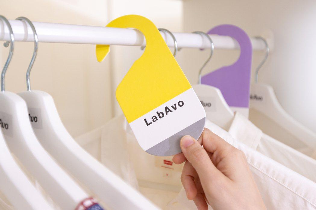 MoldGoGo防霉吊卡掛於衣櫃。 LabAvo/提供