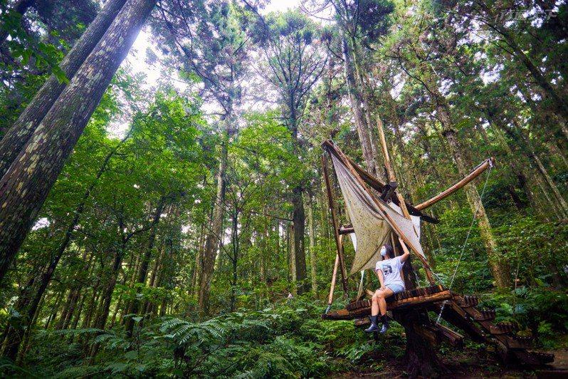 林務局國家森林志工廖運景老師推薦大家親身接觸木構作品,更能體會「取之於森林,用之於森林」的永續概念。