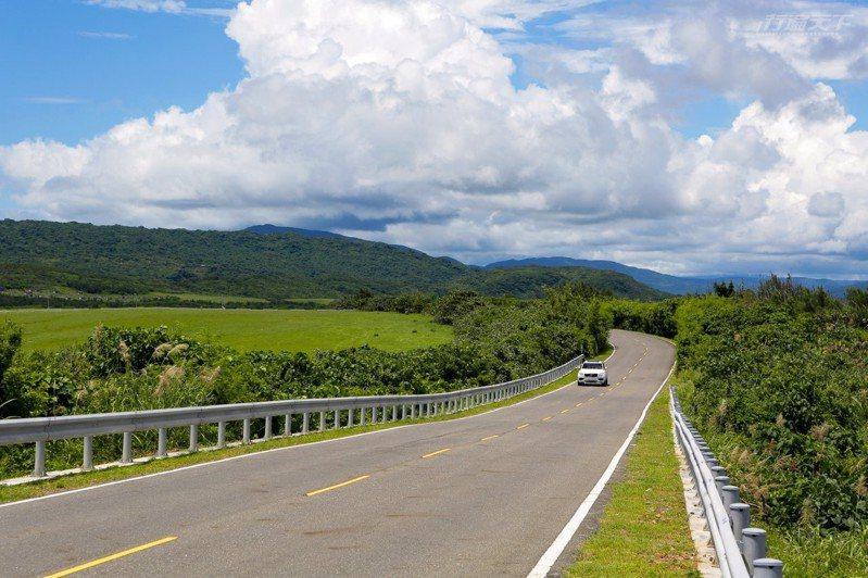 馳騁在草原的公路上就像是來到國外牧場景色壯闊。