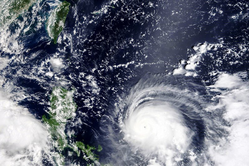 強颱璨樹來勢洶洶,如今「華盛頓郵報」更報導,璨樹成為有史以來增強最迅速的5個颱風之一,專家也表示由於人為造成的氣候變化,這類情形將變得更加普遍。美聯社