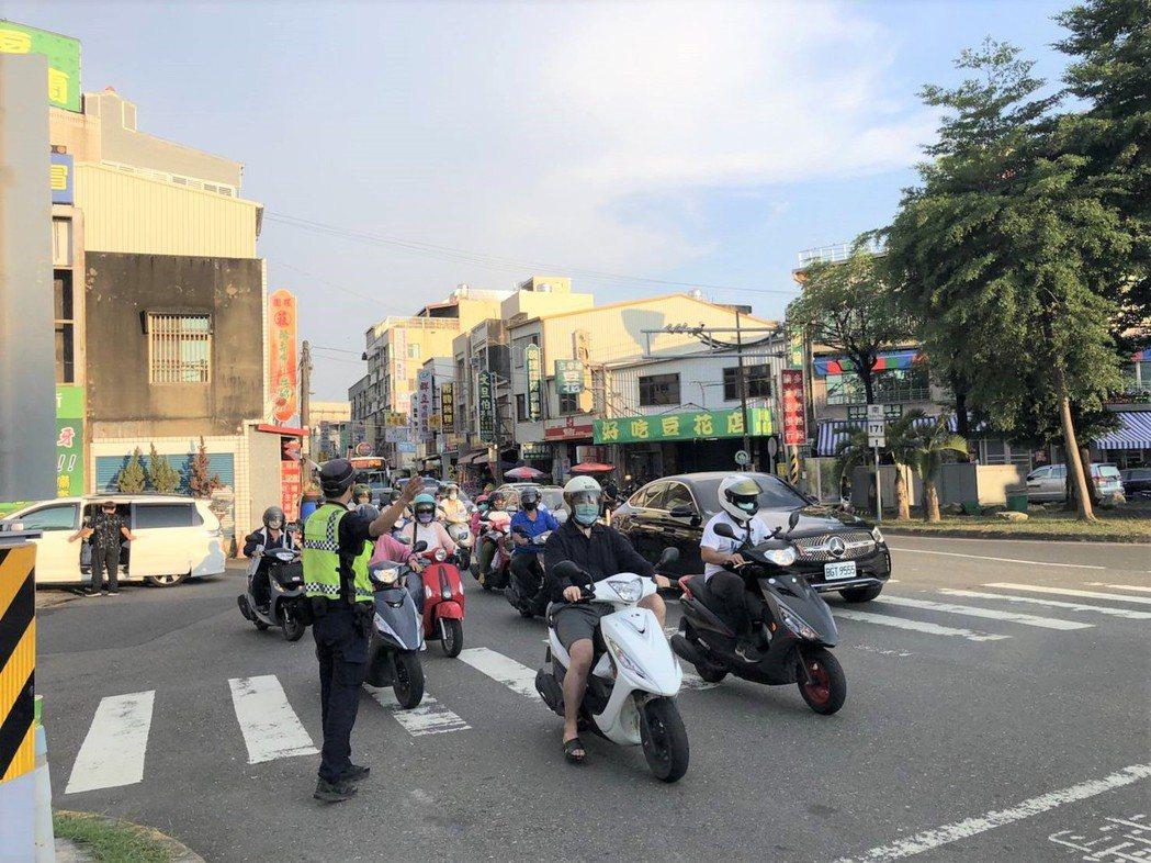 台南市麻豆警分局13日起針對麻豆中山路違規停車加強取締,包括佔用公車停靠專用道。...