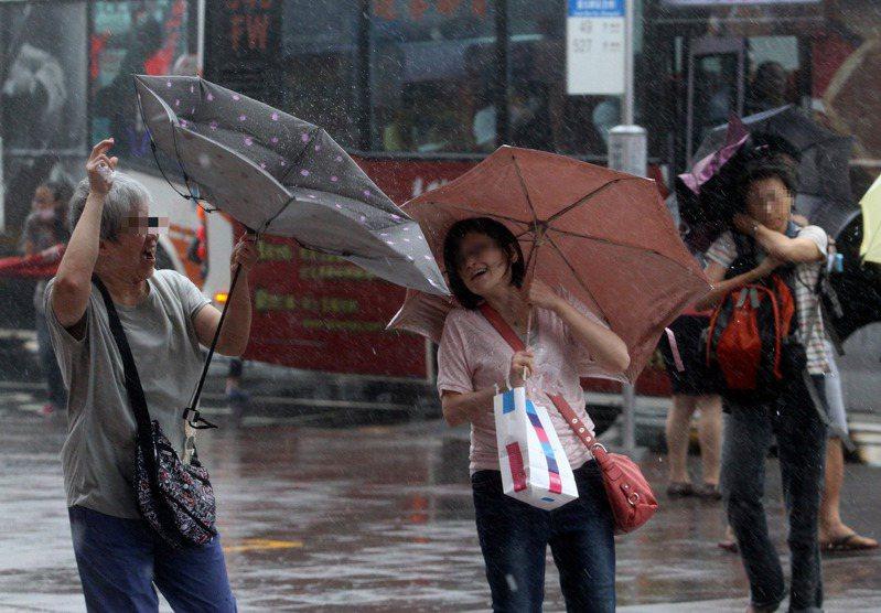 民眾相當關心是否能放颱風假。示意圖。本報資料照片