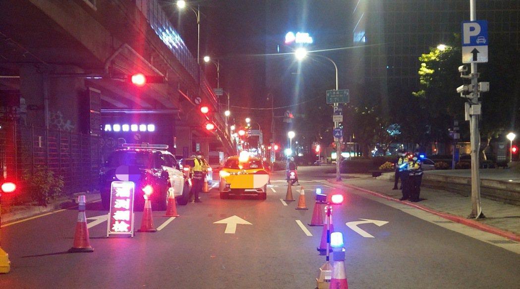 因應疫情降級,台北市於8月初開放餐廳內用,民眾聚餐飲酒機會增加,北市警局進行取締...