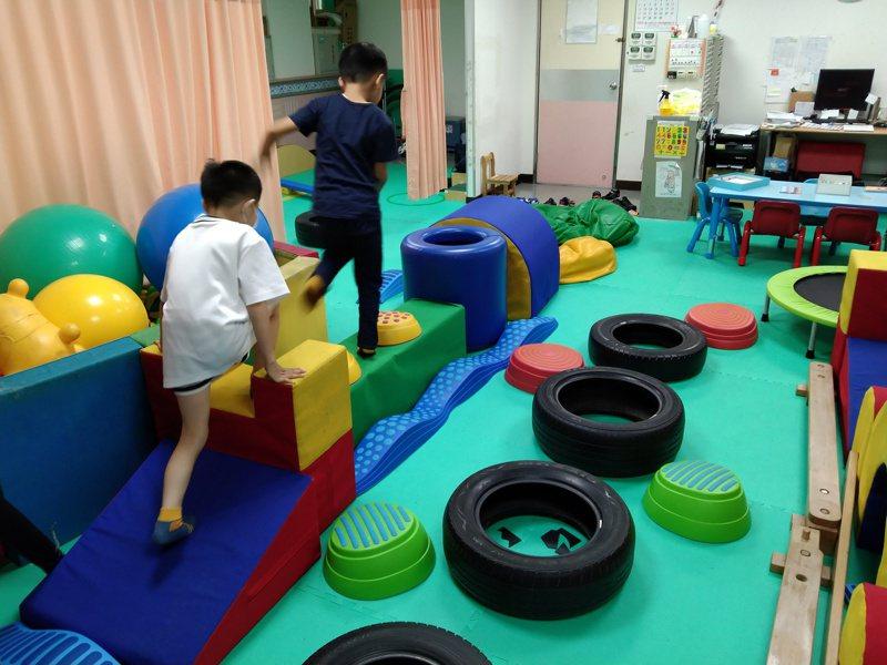 妥瑞症兒童有時需要適當動態活動,以免學習分心。圖/南投醫院提供