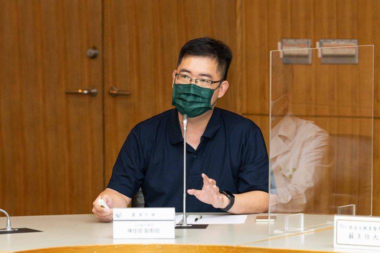 台大公衛學院老師陳佳堃透過模擬圖提醒,通風不佳,恐造成病毒在環境傳染。圖/台大醫...