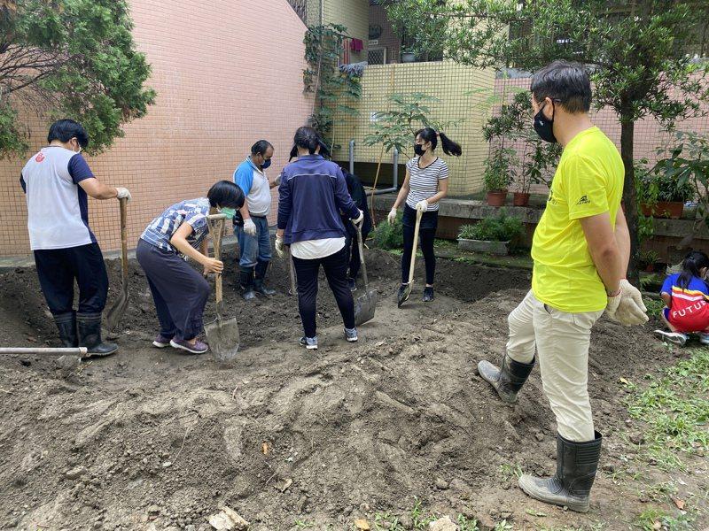 屏東縣屏東市建國國小老師與家長們打造新的生態池。記者劉星君/攝影