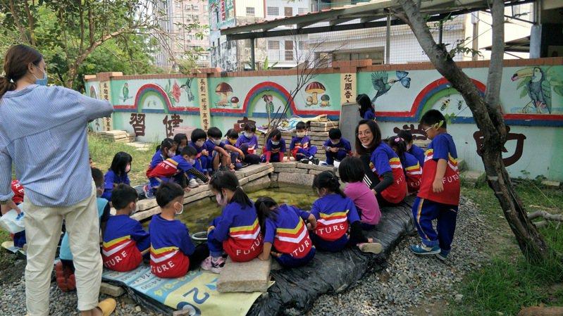屏東縣建國國小舊的生態池,學童們在一旁觀察。圖/建國國小提供