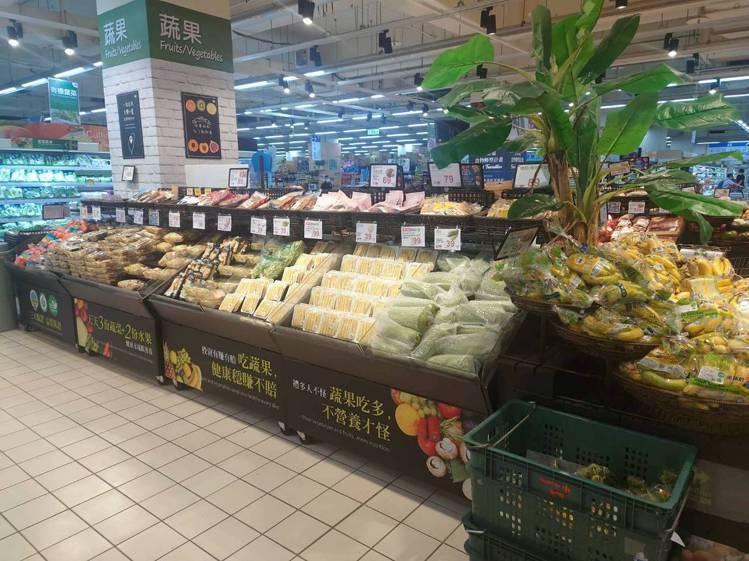 家樂福因應防颱需求,包括葉菜類、肉類、泡麵、罐頭備貨量比平常多1成。圖/家樂福提...